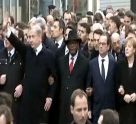 Netanjahu in der ersten Reihe winkend